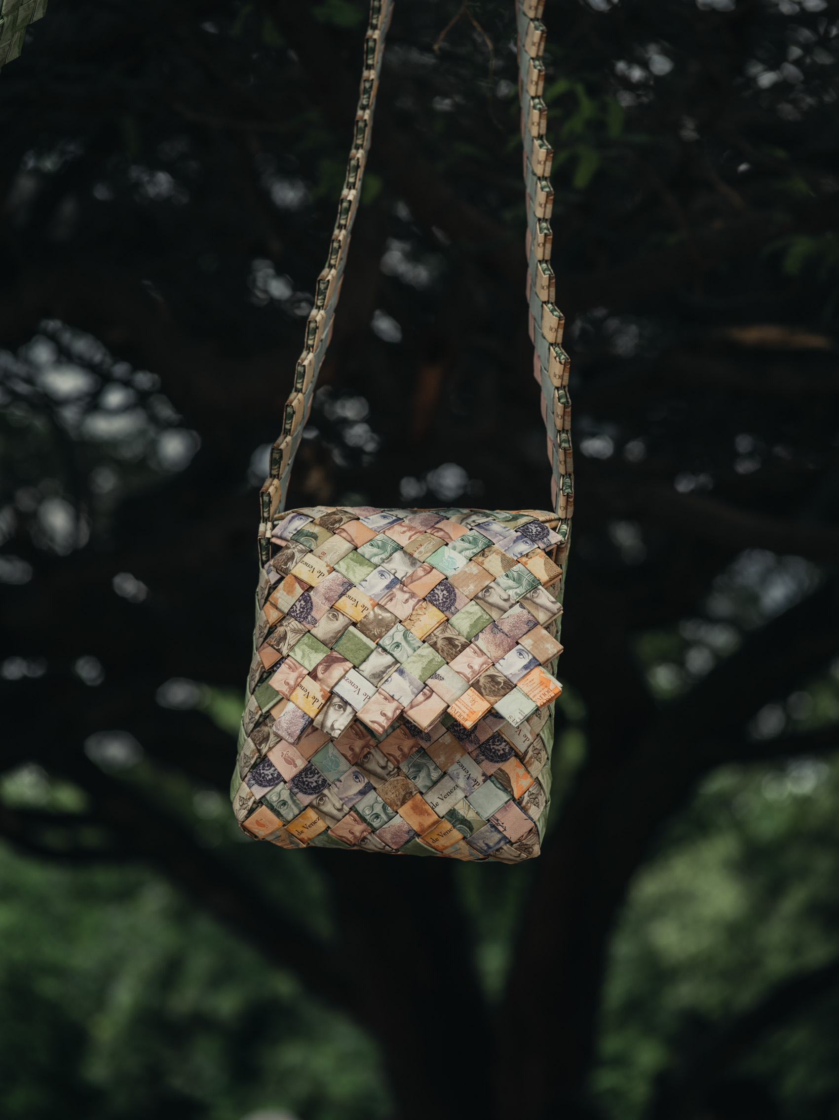 Bolí­vares are used to weave purses at the border of Colombia and Venezuela