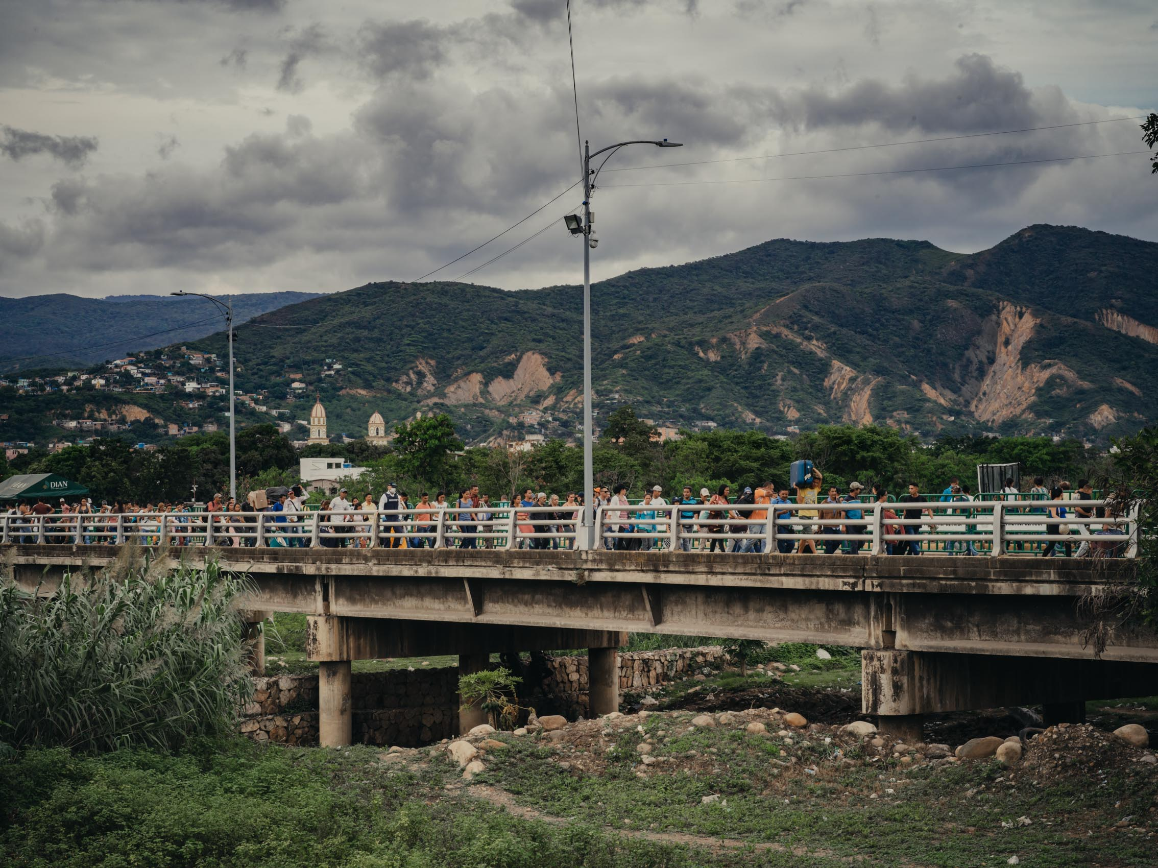 refugees cross bridge from Venezuela to Colombia